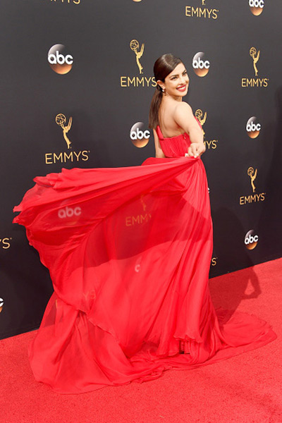 priyanka-chopra-caught-everyones-attention-on-the-red-carpet-at-emmy-awards-2016-201609-798107