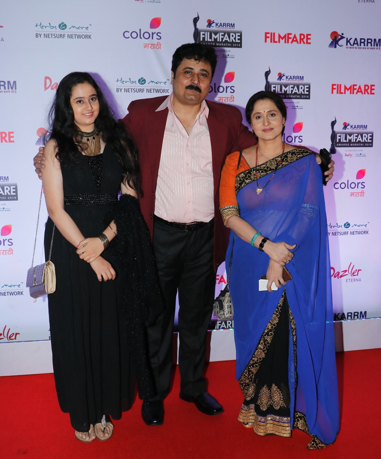 deepak_and_nishigandha_with_their_daughter_at_the_red_carpet_of_karrm_filmfare_marathi_awards_1480310340