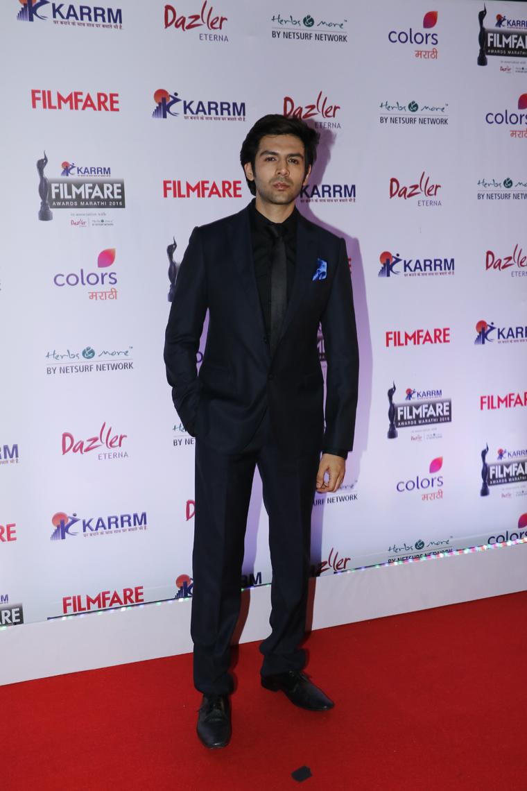 kartik_aaryan_at_the_red_carpet_of_karrm_filmfare_marathi_awards_2016_1480310109